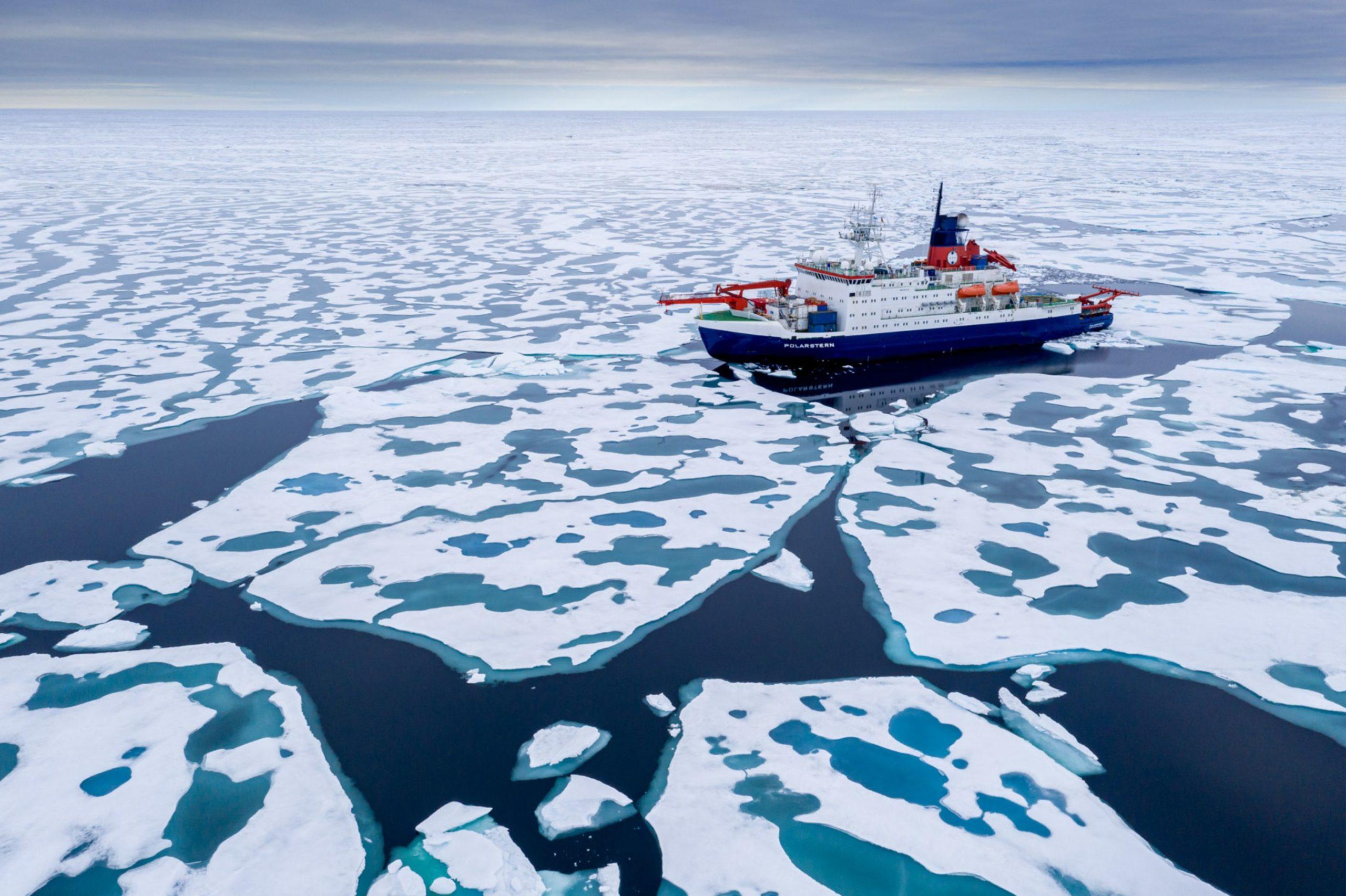 Polarstern im Eis mit Schmeltümpeln