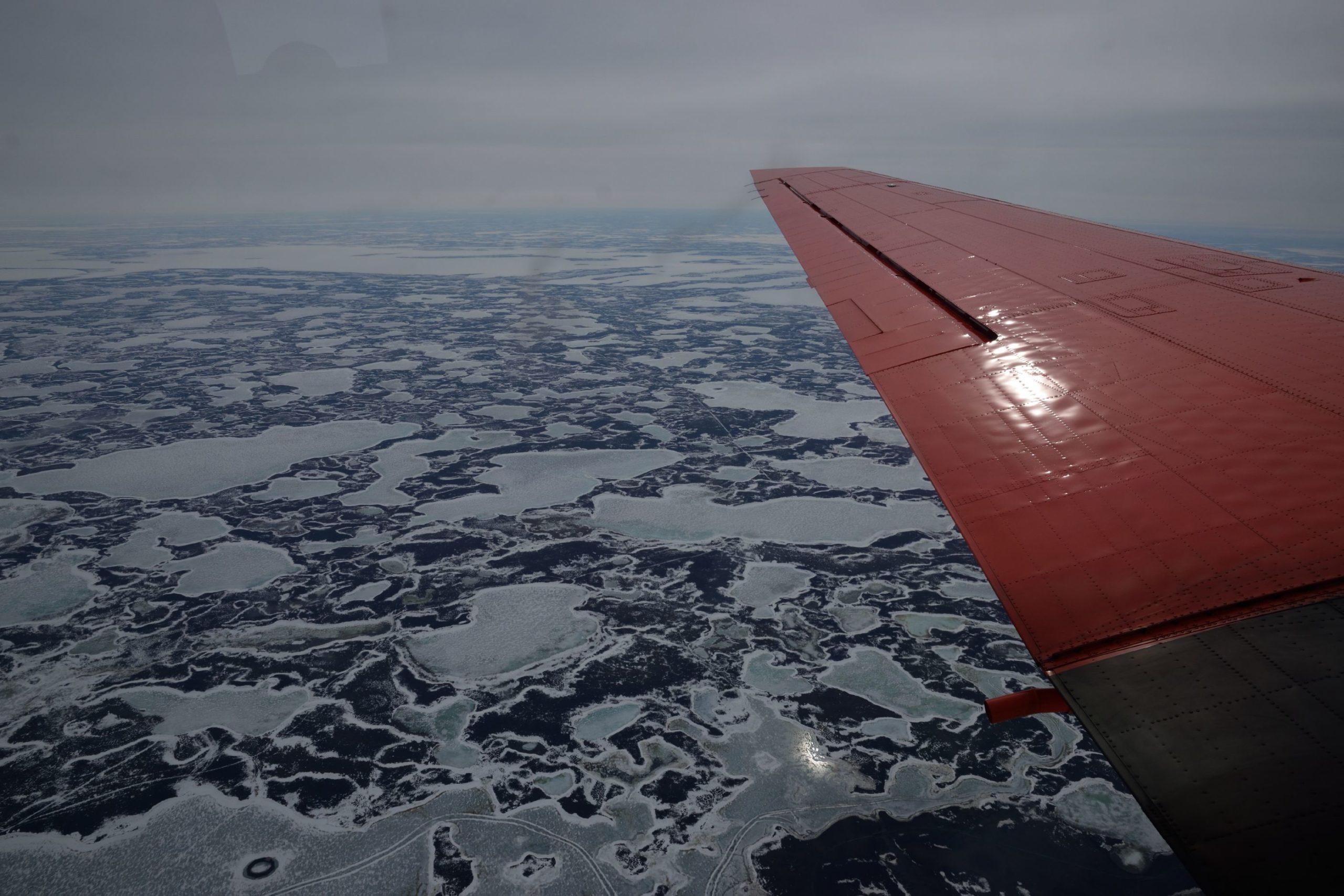 Flügel vom Polarflieger über dem Eis