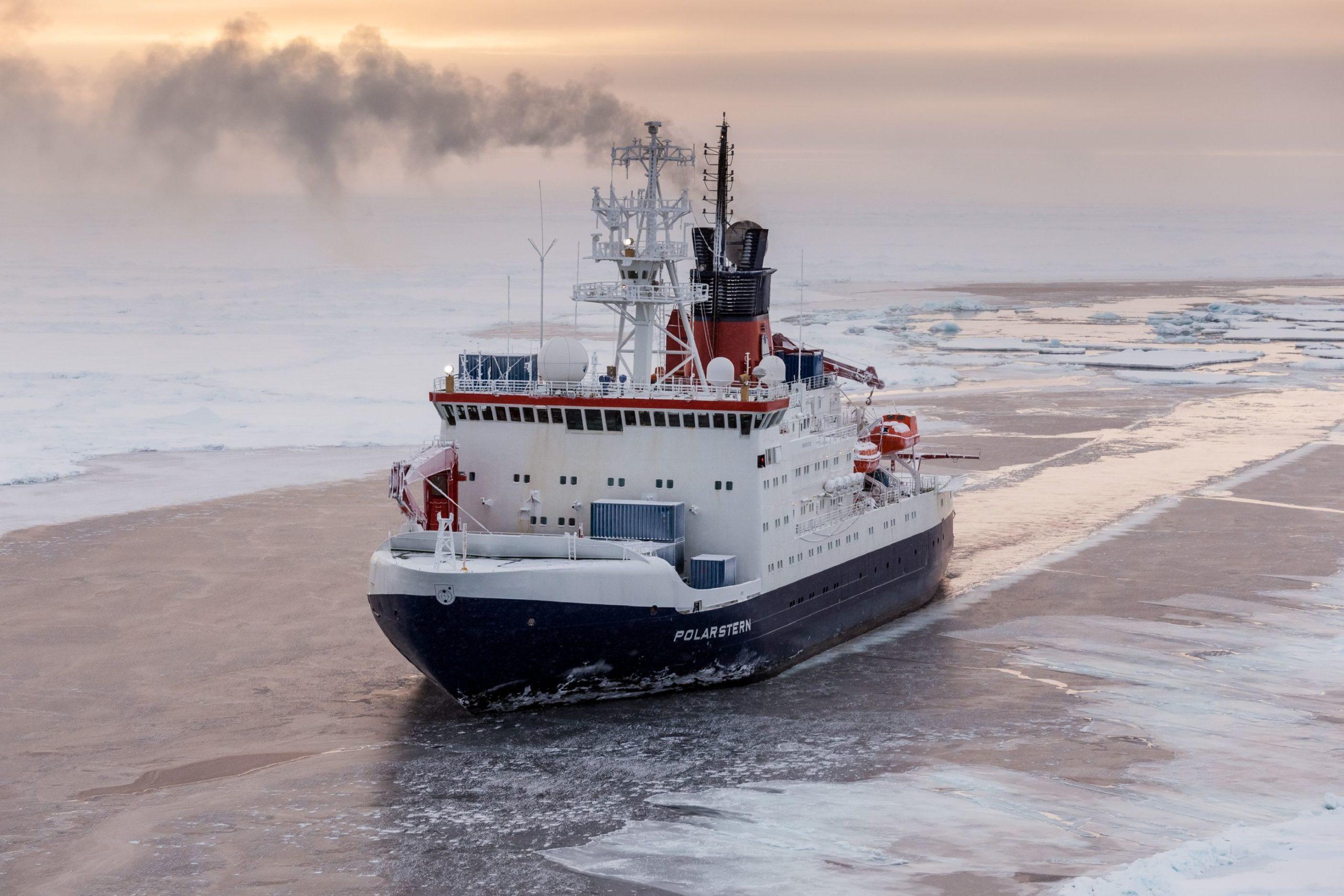 Das deutsche Forschungsschiff Polarstern in der zentralen Arktis