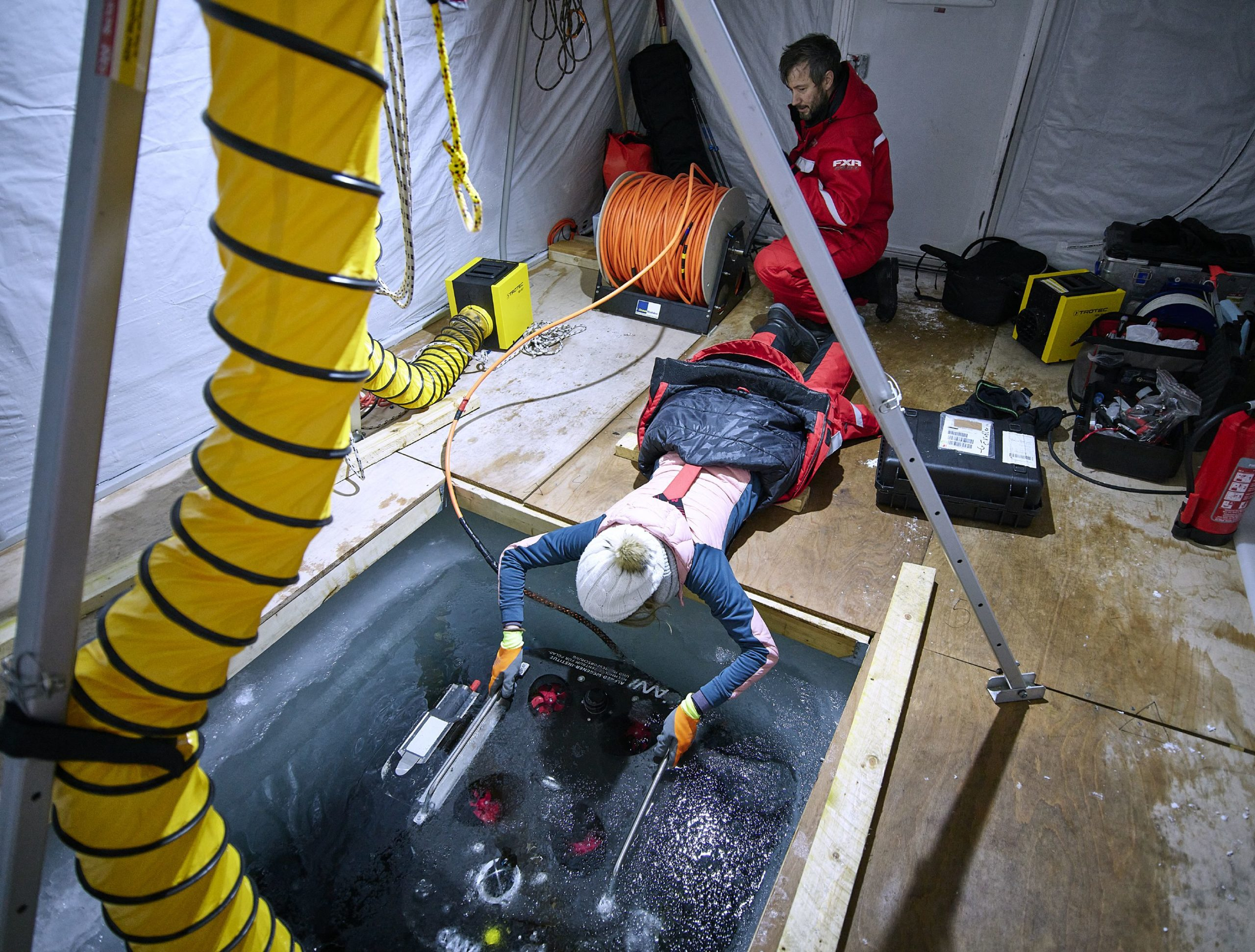 Stefanie Arndt (front) and Falk Pätzold submerging the ROV