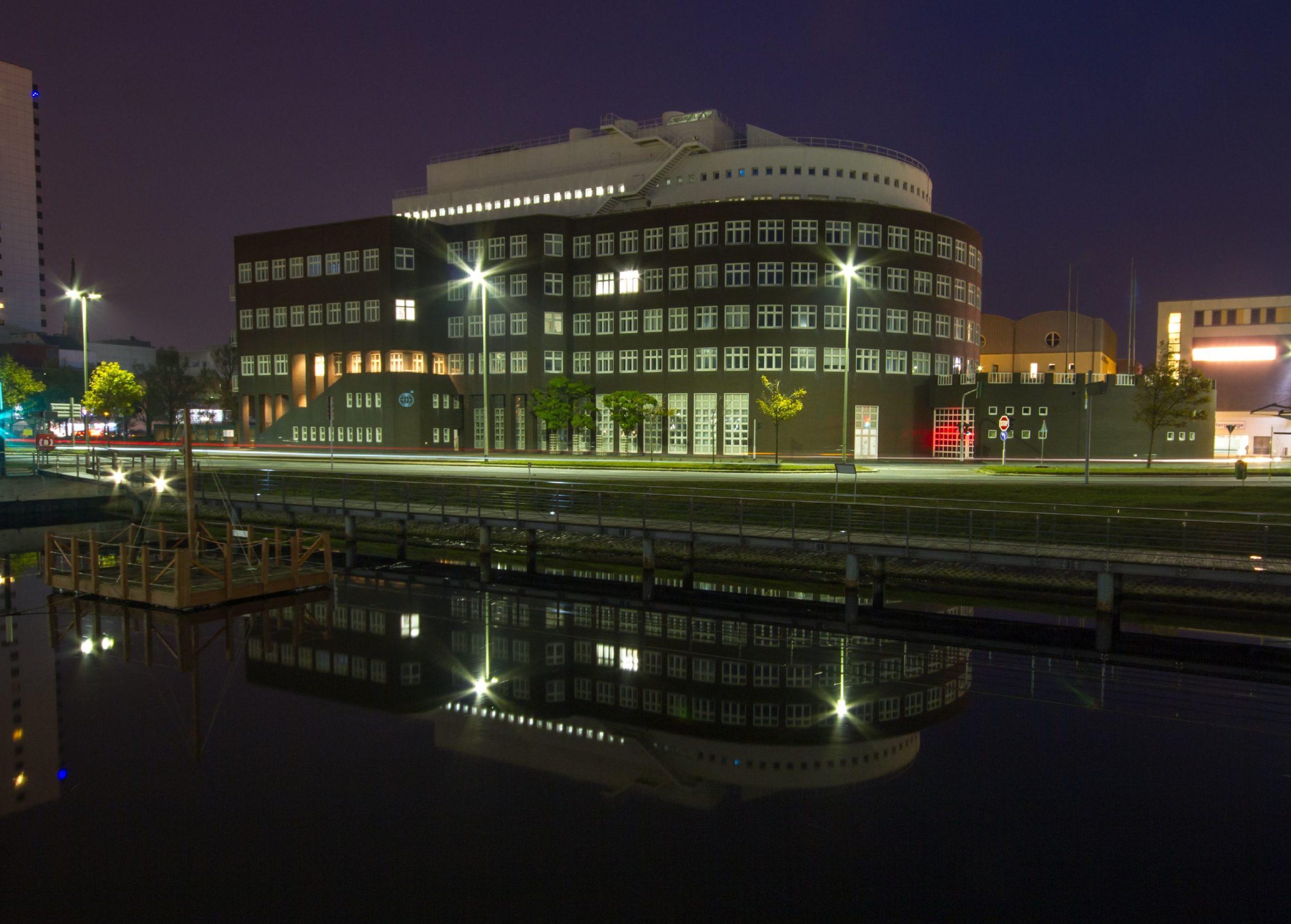 Nachtaufnahme des altes AWI-Hauptgebäudes in Bremerhaven